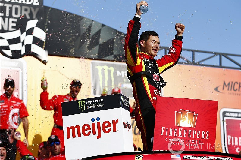 Ларсон победил в гонке NASCAR в Мичигане