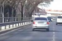 Videó: Jó poénnak tűnt a többi autós ijesztgetése, egy jogosítvány bánta
