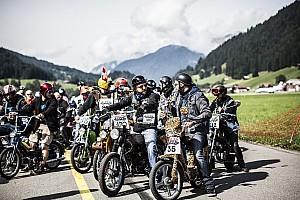 Bike Contenu spécial Mille motocyclistes au start de la Red Bull Alpenbrevet 2017