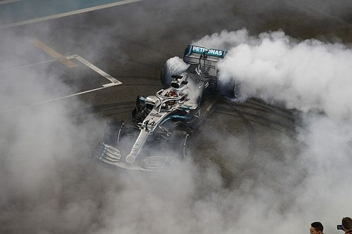 Hamilton sluit 2019 af met overwinning, tweede plek Verstappen