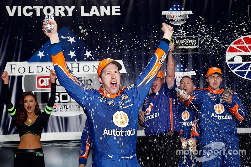 Кеселовски выиграл в Атланте после штрафа Харвика в конце гонки