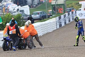 Vídeo: fuerte caída de Rossi a causa de la lluvia