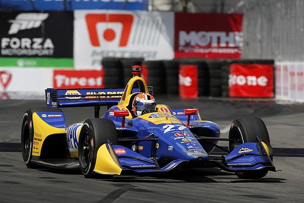 Un inspirado Rossi vence a los Penskes para llevarse la Pole
