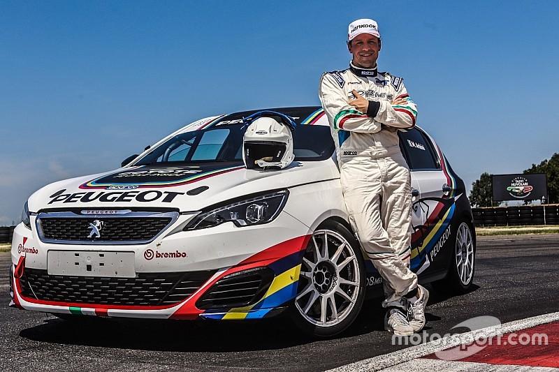 L'attore Stefano Accorsi si diverte sulla Peugeot 308 Mi16 GTi