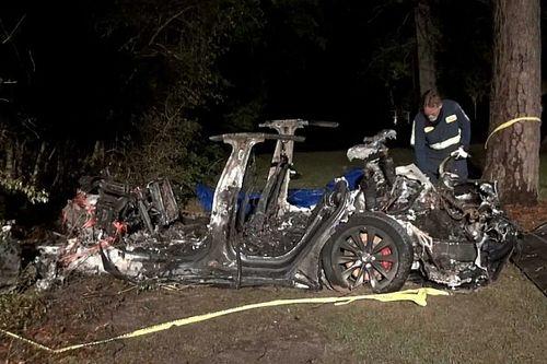 Két ember halt meg egy balesetben egy önvezető Teslában