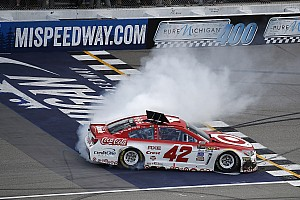 NASCAR Cup Rennbericht NASCAR: Michigan-Hattrick für Kyle Larson nach Killer-Restart