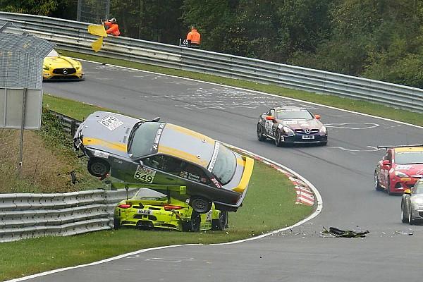 Fotoreeks: Spectaculaire crash voor Matteo Cairoli in VLN