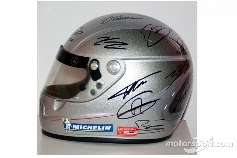 Capacete assinado por astros da F1 vai a leilão na internet