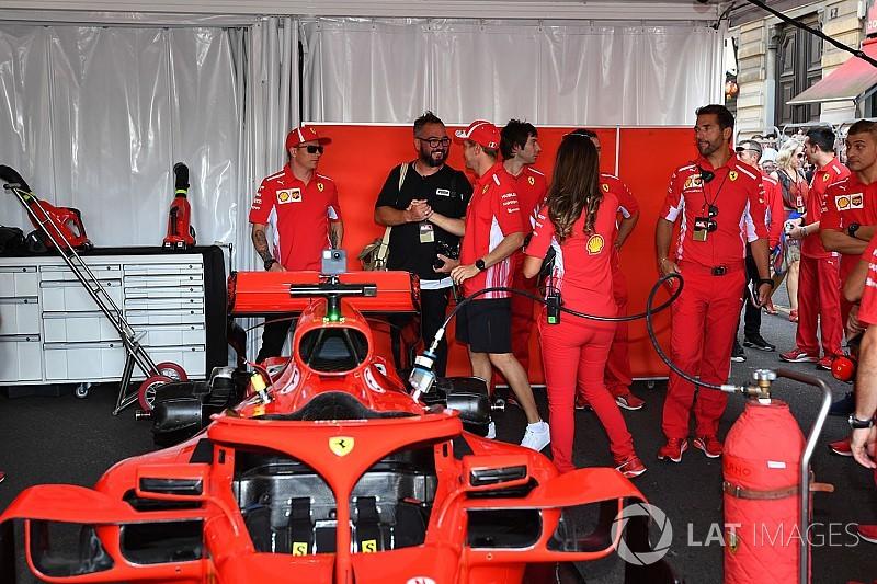 Vettel, Milano'daki gösteri sürüşünde bariyerlere çarptı