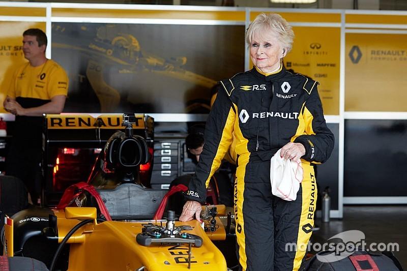 79 yaşındaki Rosemary Smith, Renault F1 aracıyla test sürüşüne çıktı!
