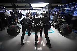 Stop/Go Livefeed A Mercedes látványosan kémkedik