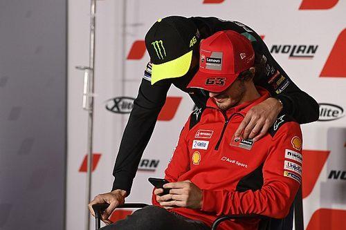 """Rossi 'beetje boos' op Bagnaia: """"Hij had titelstrijd kunnen verlengen"""""""