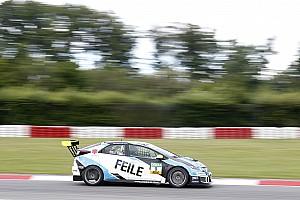 TCR Deutschland Gara Files resiste ad Halder e vince Gara 1 al Nürburgring