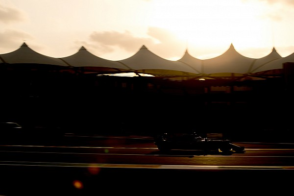 Forma-1 Motorsport.com hírek Nem véletlen, hogy négy digitális sáv fut végig a Mercedes W09-en