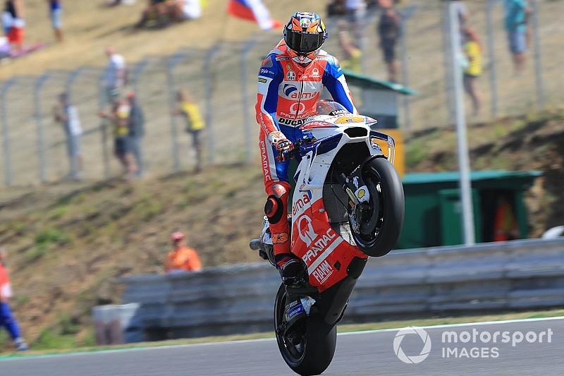 На одном колесе. Главное развлечение гонщиков MotoGP в фотографиях 2018 года