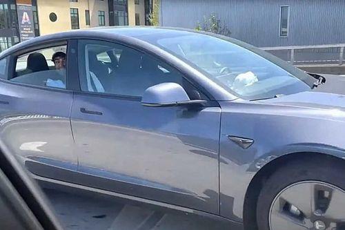 Videó: Letartóztattak egy férfit, aki a robotpilótát bekapcsolva a hátsó ülésre pattant Teslájában