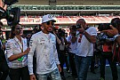 Hamilton egy nagyon menő motorral érkezett meg a monacói paddockba