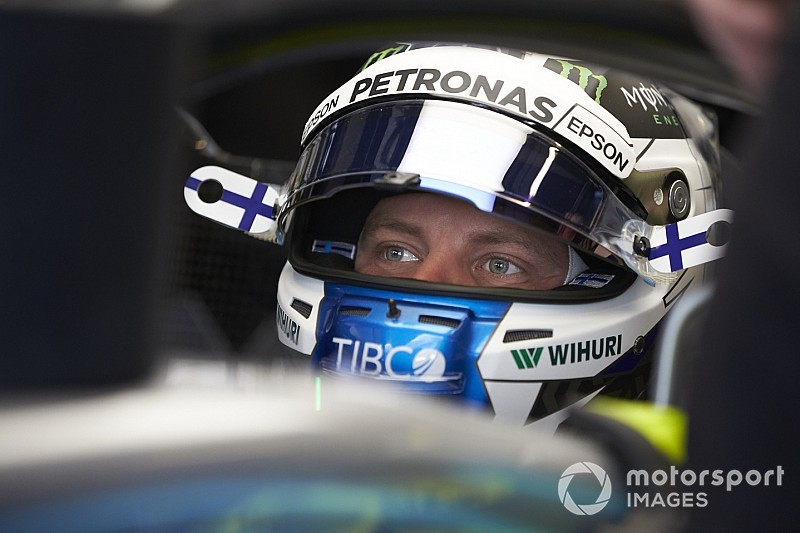 Bottas au départ d'un rallye avec une WRC