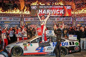 Kevin Harvick trionfa in Texas e raggiunge Logano nella Final Four di Homestead