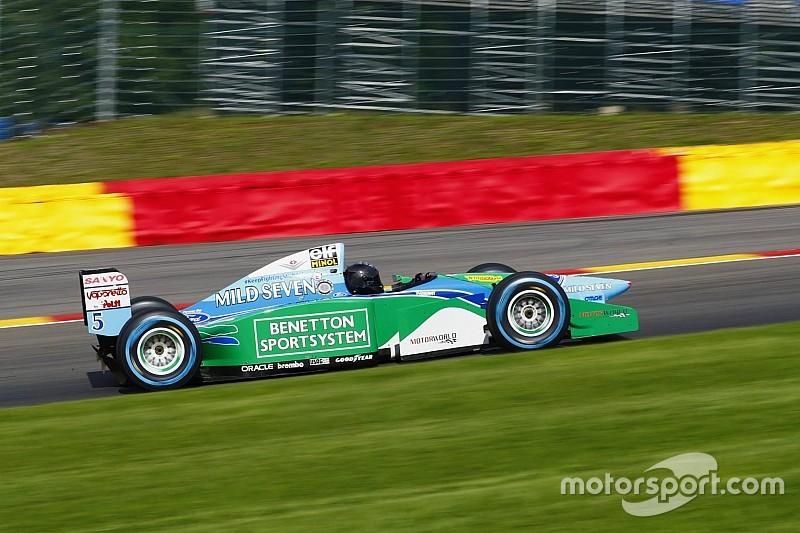 Mick Schumacher apja legendás autójával: micsoda kíséret?!