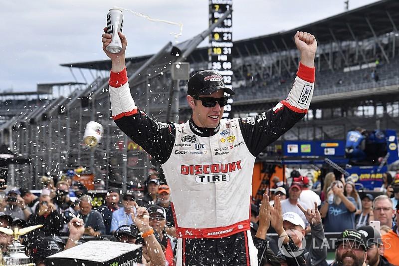 Кеселовски одержал победу в гонке NASCAR в Индианаполисе