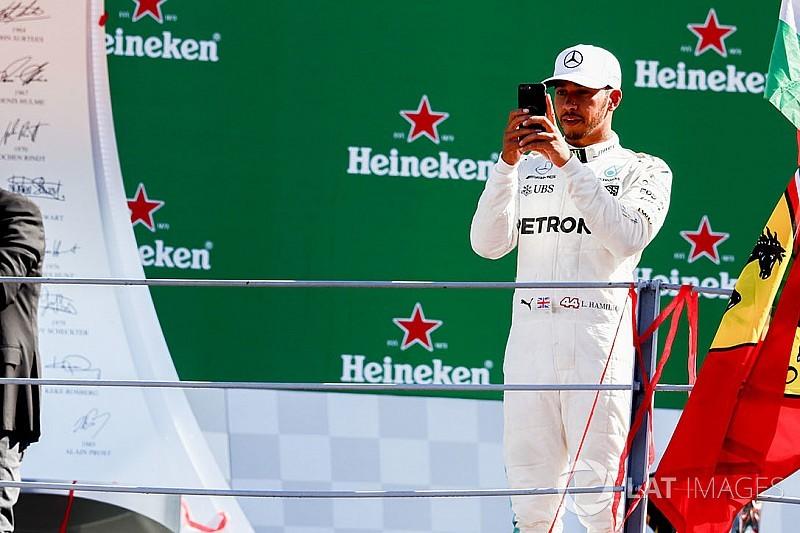 """Vaiado em Monza, Hamilton se diz """"feliz"""" por ser vilão"""