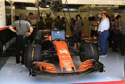 Фернандо Алонсо, McLaren MCL32, у боксах