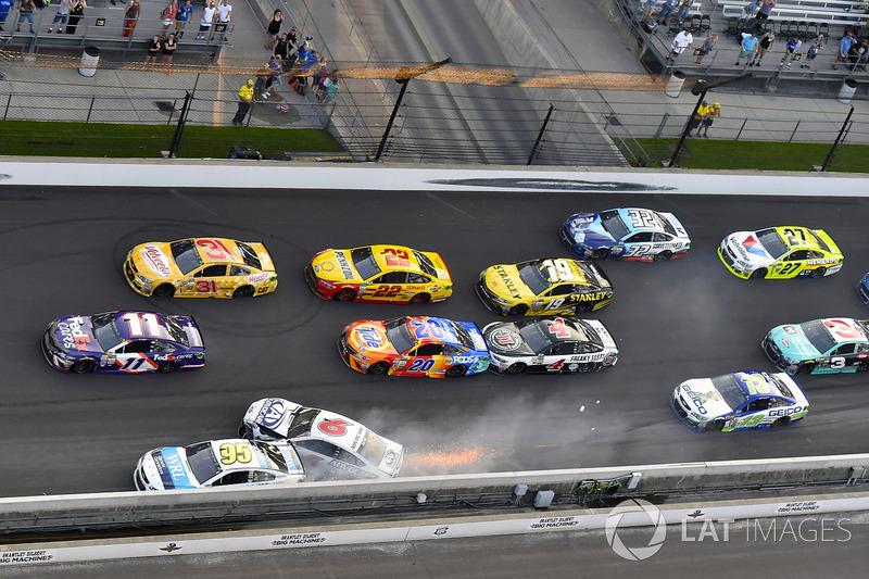 Crash: Trevor Bayne, Roush Fenway Racing Ford, Michael McDowell, Leavine Family Racing Chevrolet