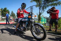 Sebastian Vettel, Ferrari llega en su moto Suzuki 750
