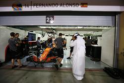 Shaikh Mohammed bin Essa Al-Khalifa, visits the McLaren garage