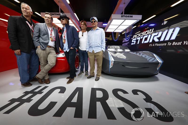 Disneys Brian Fee y Kevin Reher, Actores Woody Harrelson y Owen Wilson en el garaje promocional de C