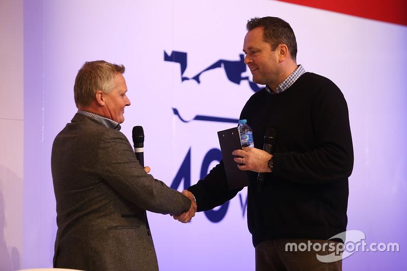 Johnny Herbert es entrevistado por Henry Hope-Frost en  el escenario de Autosport