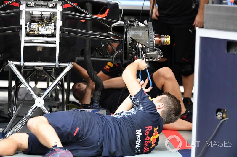 Red Bull Racing mechanic works on Red Bull Racing RB13 front wheel hub