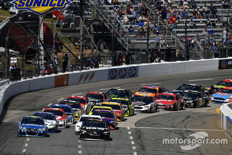 Restart: Martin Truex Jr., Furniture Row Racing, Toyota; Denny Hamlin, Joe Gibbs Racing, Toyota; Jimmie Johnson, Hendrick Motorsports, Chevrolet