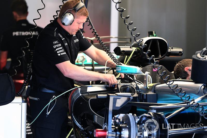 Mechaniker am Mercedes F1 W08