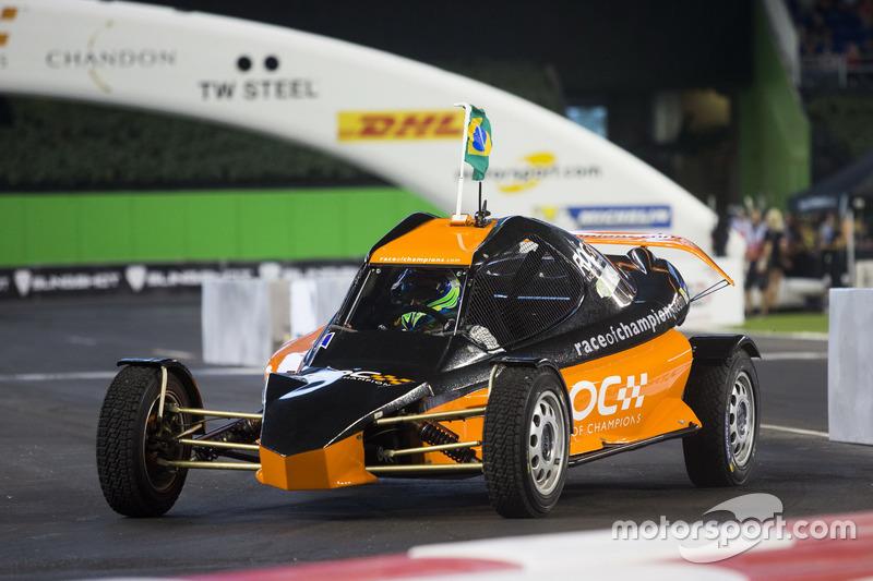Felipe Massa, conduce el ROC Car