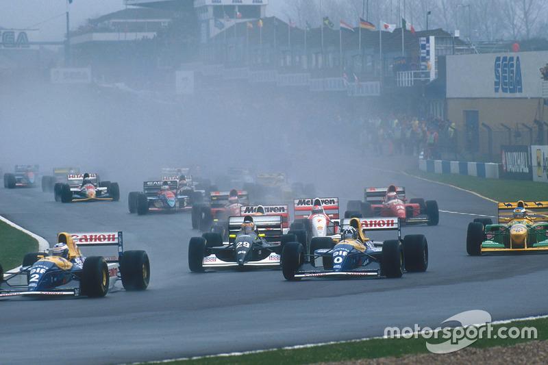 Alain Prost voor teamgenoot Damon Hill, Williams FW15C, Karl Wendlinger, Sauber C12, Ayrton Senna, McLaren MP4/8, Michael Schumacher, Benetton B193B, Michael Andretti, McLaren MP4/8
