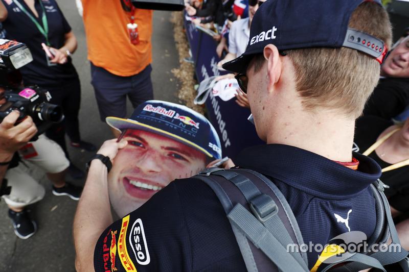 Max Verstappen, Red Bull Racing, schreibt Autogramme