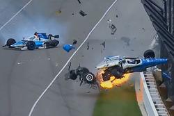 Crash: Scott Dixon, Chip Ganassi Racing, Honda; Jay Howard, Schmidt Peterson Motorsports, Honda (Screenshot)