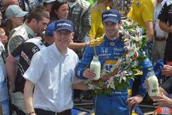 2016 ganador de Indianapolis 500 Alexander Rossi en el carril de la victoria en Indianapolis Motor Speedway con Borg Warner Presidente y CEO James Verrier siga su victoria en la carrera 100 de la Indy 500