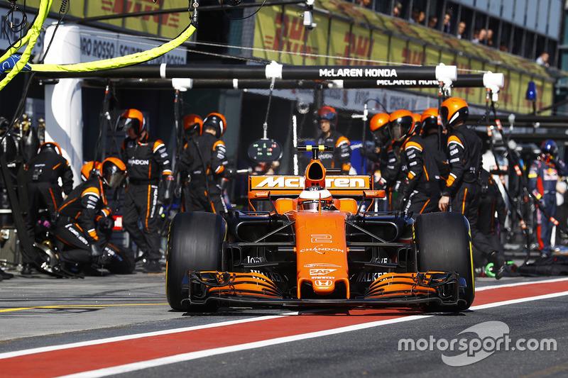 Stoffel Vandoorne, McLaren MCL32, deja los boxes después de un temprano cambio de neumático.