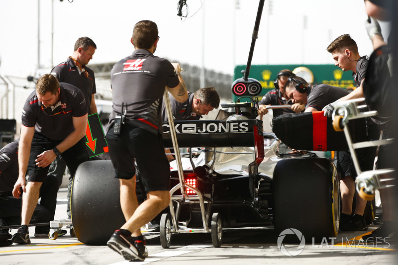 The Haas team make a pit stop