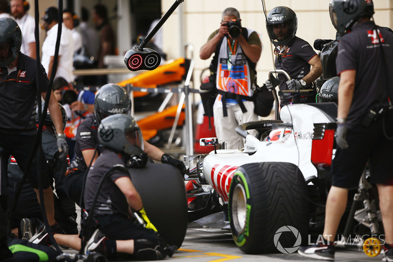 Romain Grosjean, Haas F1 Team VF-18 Ferrari, makes a stop during practice
