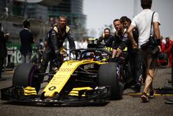 Carlos Sainz Jr., Renault Sport F1 Team R.S. 18, arrive sur la grille