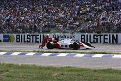 Alain Prost empuja su McLaren MP4-2C TAG después de quedarse sin combustible en la última vuelta
