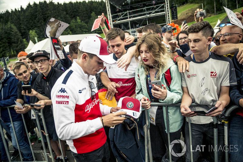 Charles Leclerc, Sauber signe des autographes pour les fans