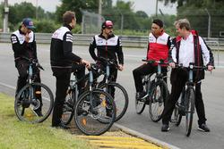 Alexander Wurz, Fernando Alonso, Sébastien Buemi, Kazuki Nakajima, Jose Maria Lopez, Toyota Gazoo Racing, à vélo sur le circuit