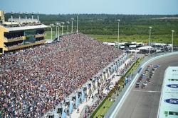 Restart: Denny Hamlin, Joe Gibbs Racing Toyota, Martin Truex Jr., Furniture Row Racing Toyota lead