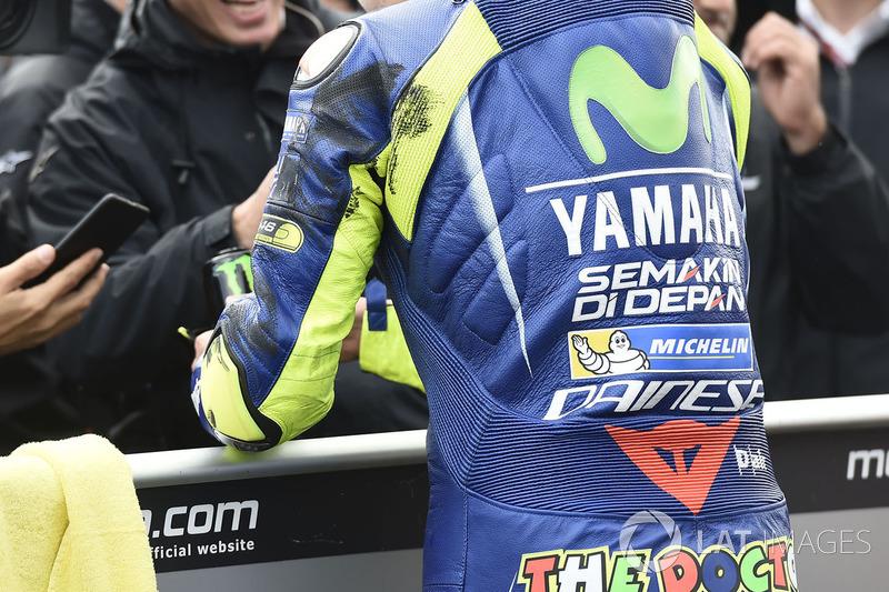 Des traces de pneu sur le cuir de Valentino Rossi, Yamaha Factory Racing