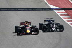 Max Verstappen, Red Bull Racing RB13, Romain Grosjean, Haas F1 Team VF-17